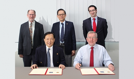 The two Presidents, Rob Dorey and Yeoh Lean Weng, sign the MoU with (left to right): Allan Ross Magee PhD, Director (Operations), TCOMS, Er. Seow Kang Seng (Vice President & Chairman, Manufacturing Cluster), IES & David Kelly (Director, Asia Pacific), IMarEST.